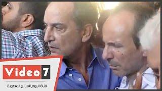 بالفيديو.. انهيار عمرو نجل طارق سليم فى لحظة وداع والده