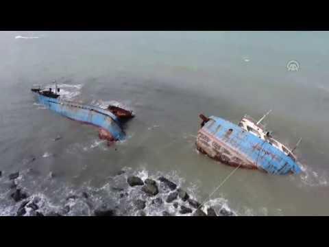 Karaya Oturan Dev Gemi Dalgalarin Siddetiyle Boyle Parcalandi
