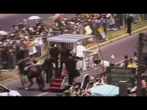 El papa se baja del papamóvil para ayudar a carabinera que cayó de caballo