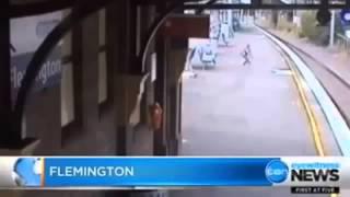 سيدة تنقذ فتاة من أمام القطار في اللحظة الاخيرة