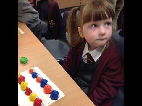 A 2 mellizos separan el 1º día de escuela  Pero lo que hace la niña de 5  años asombra a todos