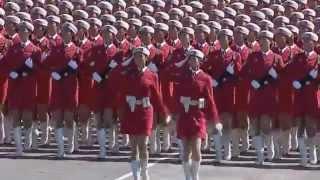 Симпатичные китайские девушки маршируют на параде