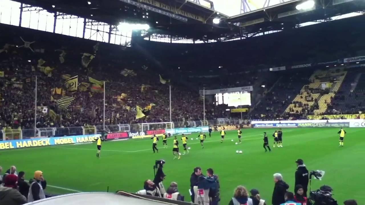 Borussia Dortmund - Hannover 96 - Einlauf der Mannschat