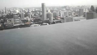 Видео из бассейна на крыше в Сингапуре рано утром Skypark(Всего в отеле Marina Bay Sands более 2500 номеров и 4000 парковочных мест под автомобили. Помимо отеля в комплекс входя..., 2012-02-05T15:39:05.000Z)