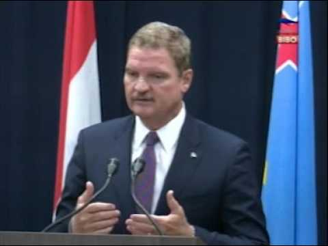 Prome Minister Mike Eman ta lamenta susedido cu Minister di Labor