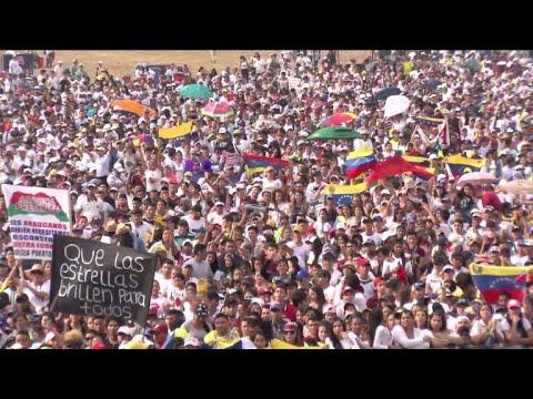 Foule pour le concert de charité à la frontière de la Colombie