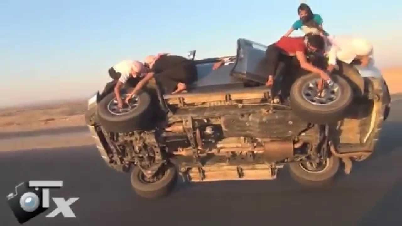 Árabes trocam pneus de carro em movimento!