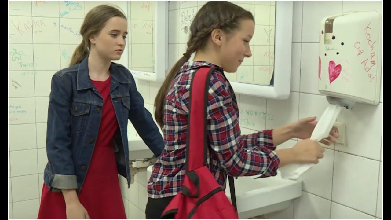 Nastolatka chciała powiększyć swój biust za pomocą chusteczek [Szkoła odc. 506]