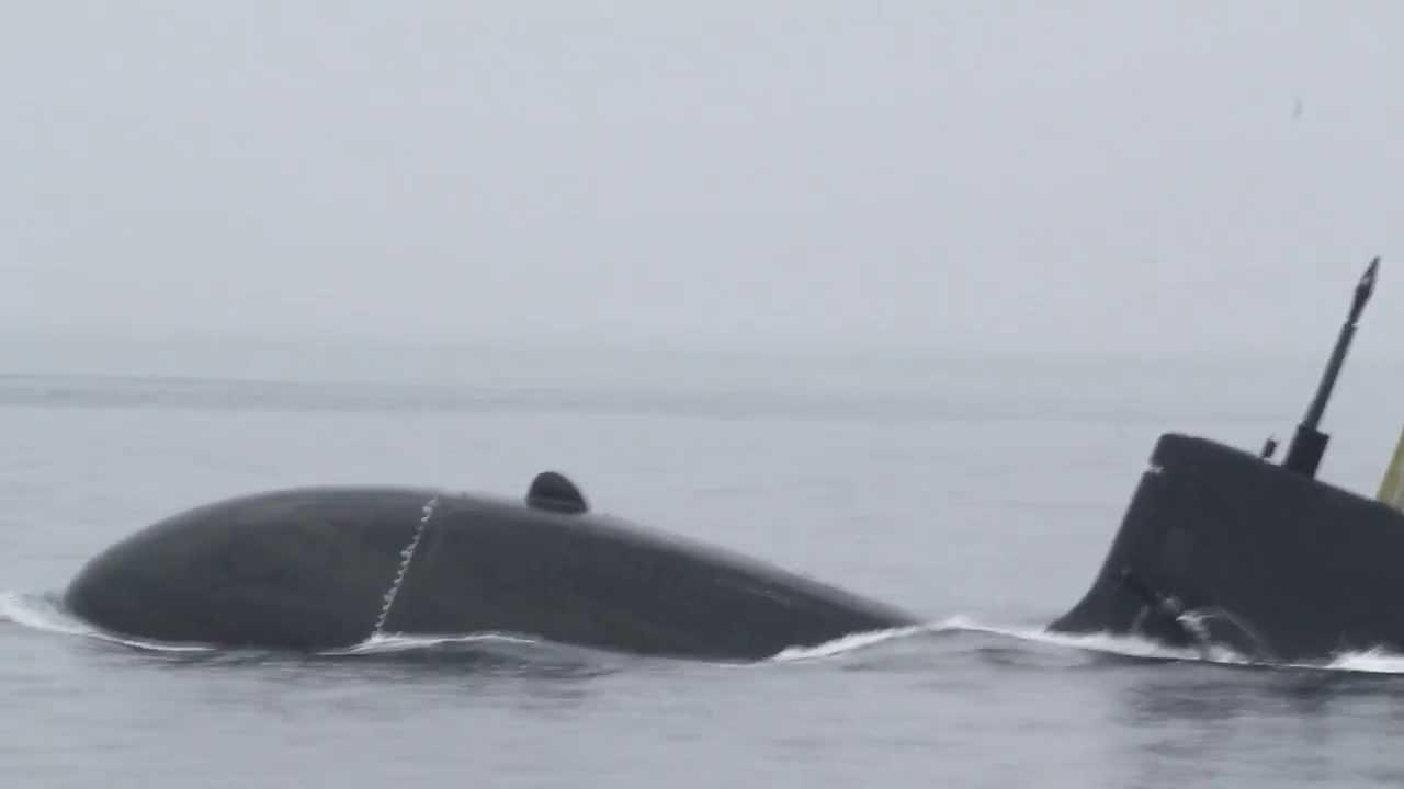 潜水艦の急浮上 Japan Submarine...