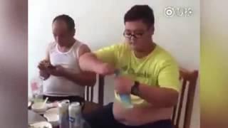 Мужчина выпил бутылку воды за секунду