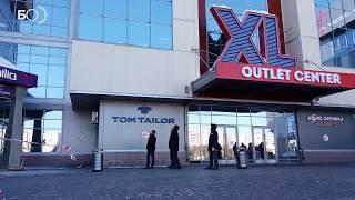 В торговом центре XL ликвидируют последствия ЧП: ветром сорвало с крыши баннер