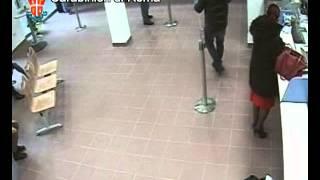 Repeat youtube video CARABINIERI ARRESTANO RAPINATORE, IMMAGINI VIDEOSORVEGLIANZA