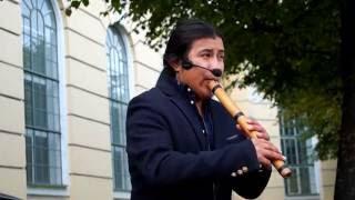 Индеец играет на флейте кена