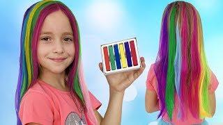 София играет в салон красоты и красит волосы цветными красками, Sofia plays in a hair beauty Salon