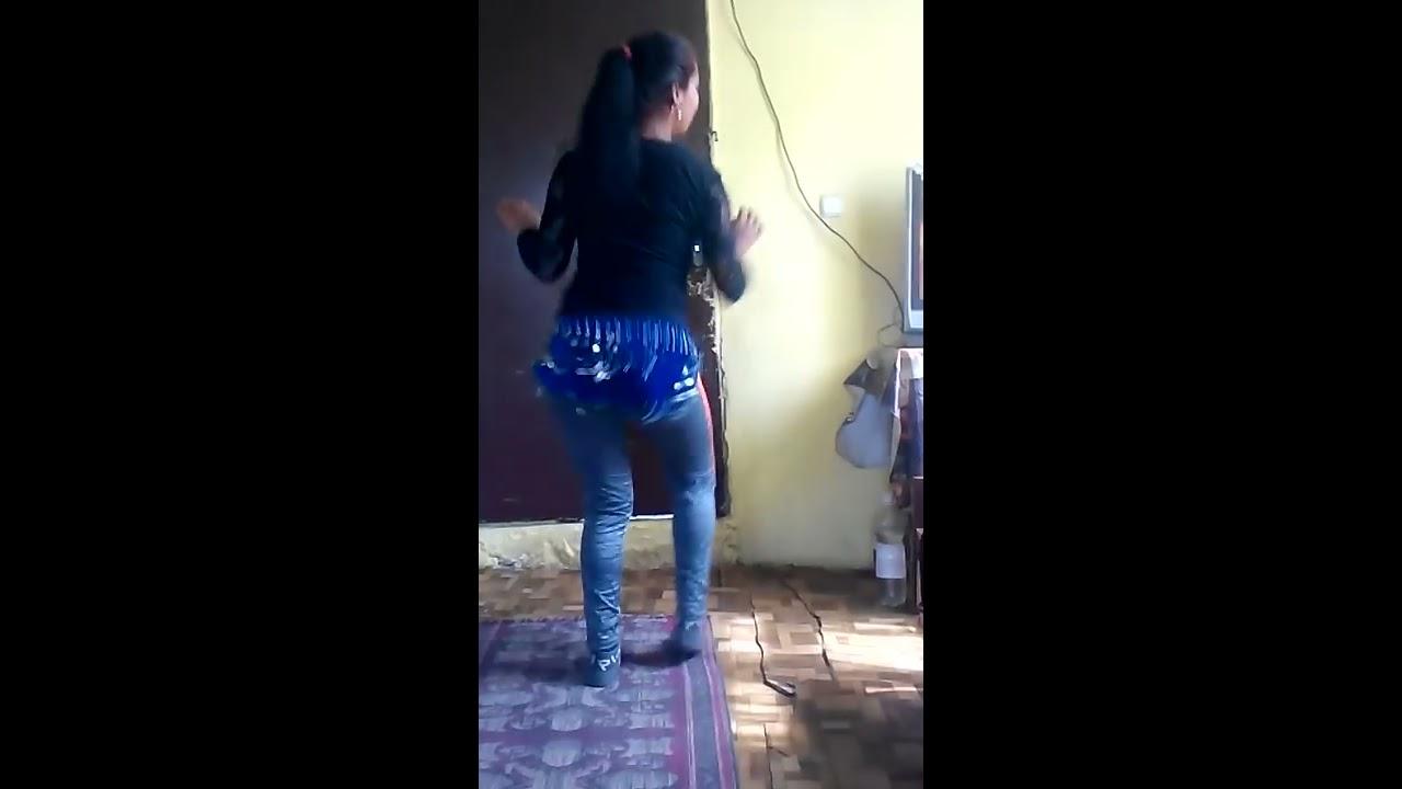 (VIDEO) - Момиче играе кичек!