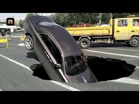 哈尔滨500万劳斯莱斯等红灯,刚起步遇路面塌陷掉坑