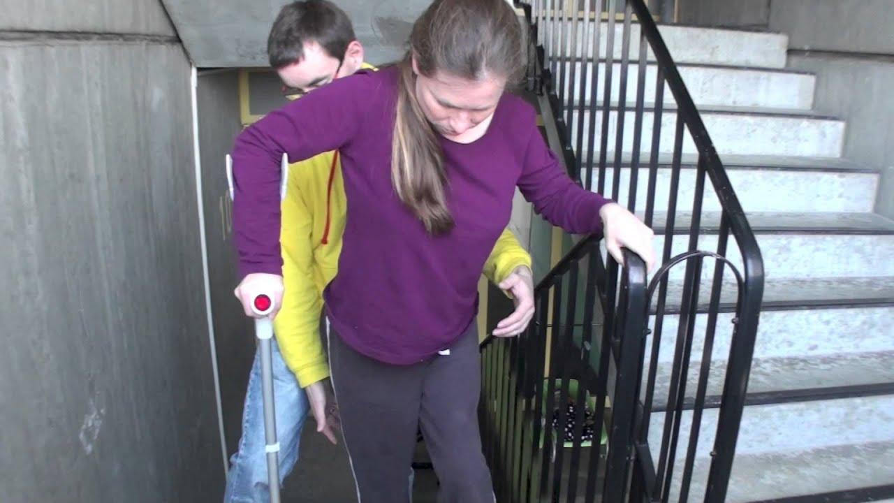 Susanne läuft Treppen mit Krücke | Doovi