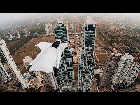 La mujer maravilla: una modelo italiana pasó volando entre dos edificios