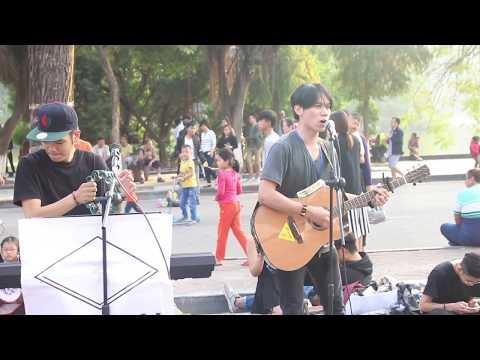 Nghe âm nhạc trên phố đi bộ Hà Nội