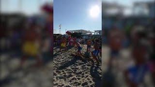 Aldo (senza Giovanni e Giacomo) sulla spiaggia improvvisa la scena cult di 'Tre uomini ...