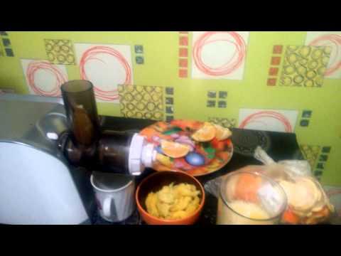Мясорубка REDMOND RMG-1203-8 отжимает сок из апельсинов