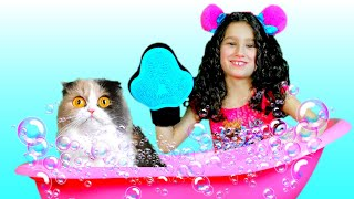 Bathe a kitten // Alice and Daddy bathe a kitten // Funny Pets
