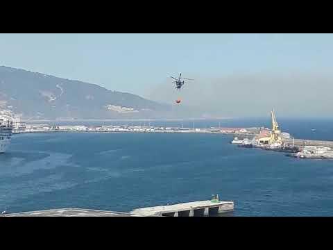 Helicóptero contra incendios despegando para actuar en Calamocarro