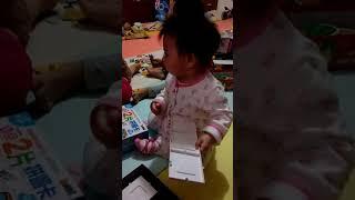 嬰兒不滿玩具被同伴搶走,出言抗議(9M19D)