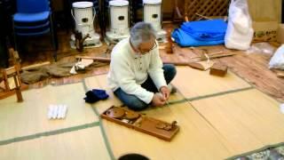 インドのガンジーが使用した糸を紡ぐ道具です。