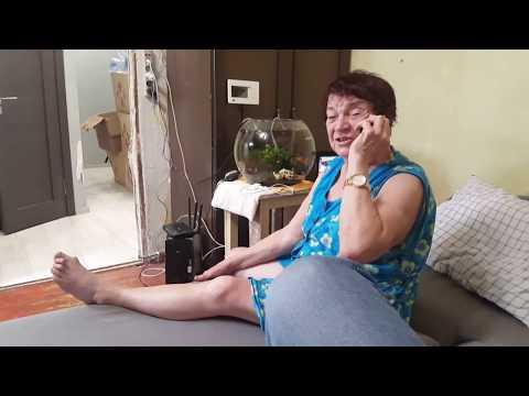 Мама говорит по телефону