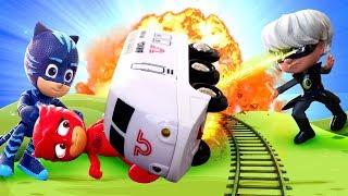 Видео про игрушки и супергероев. Герои в масках спасают поезд от аварии! Луна устроила ловушку!