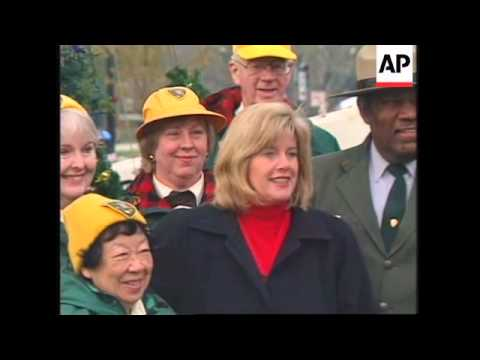USA: WASHINGTON: TIPPER GORE PLACES STAR ON TOP OF NATIONAL XMAS TREE