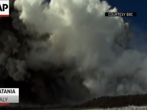 los videos de la explosion en el volcan etna que hirio a periodistas, turistas y cientificos