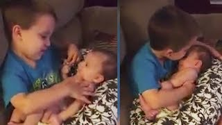 Die Mutter überrascht ihren Sohn während er sein Schwesterchen festhält!