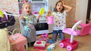 Уборка дома Настя с подружкой убирают игрушки в комнате Helps Mommy