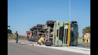 Vrachtwagen gekanteld op de Warvenweg in Farmsum