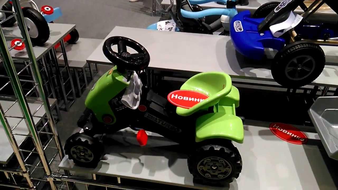 Детский трактор john deere ground force — очень интересная и нестандартная модель. За основу взят настоящий трактор ground force от ведущего производителя сельскохозяйственной техники john deere. Главной особенностью электромобиля является наличие прицепа, который входит в комплект.