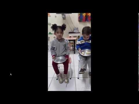 Crianças dividindo o lanche com amiguinho(a) que não tem - Linda lição de uma professora