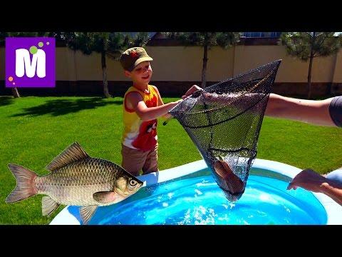 Рыбалка на карася и сома Живые раки и крабы Макс ловит рыбу в бассейне с жабами