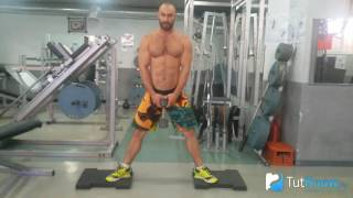 Приседания сумо с гантелей - как делать упражнение правильно