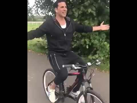 AKSHAY KUMAR RIDING CYCLE FREELY AND CELEBRATING INDEPENDECE DAY in England    Watch Out