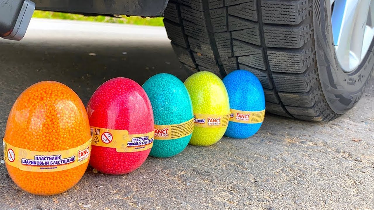EXPERIMENT: CAR VS Foam Surprise and Eggs, Aplastando Cosas Crujientes con la Rueda de un Coche