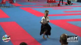 فتاة صغيرة تذهل الجميع بمهاراتها القتالية(فيديو)