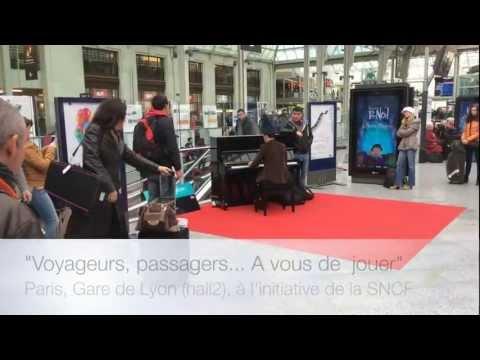 1 voyageur joue du piano au milieu de la gare de Paris Gare de Lyon. A VOUS DE JOUER