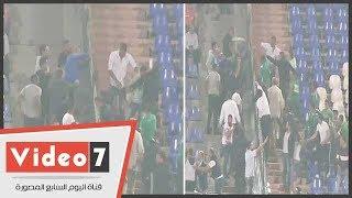 تراشق بزجاجات المياه بين جماهير الاتحاد والزمالك بعد هدف باسم مرسي