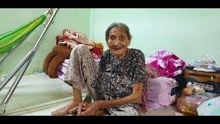 Bà cụ 94 tuổi nhịn ăn, bán vé số kiếm tiền lo cho chị gái 98 tuổi nhập viện