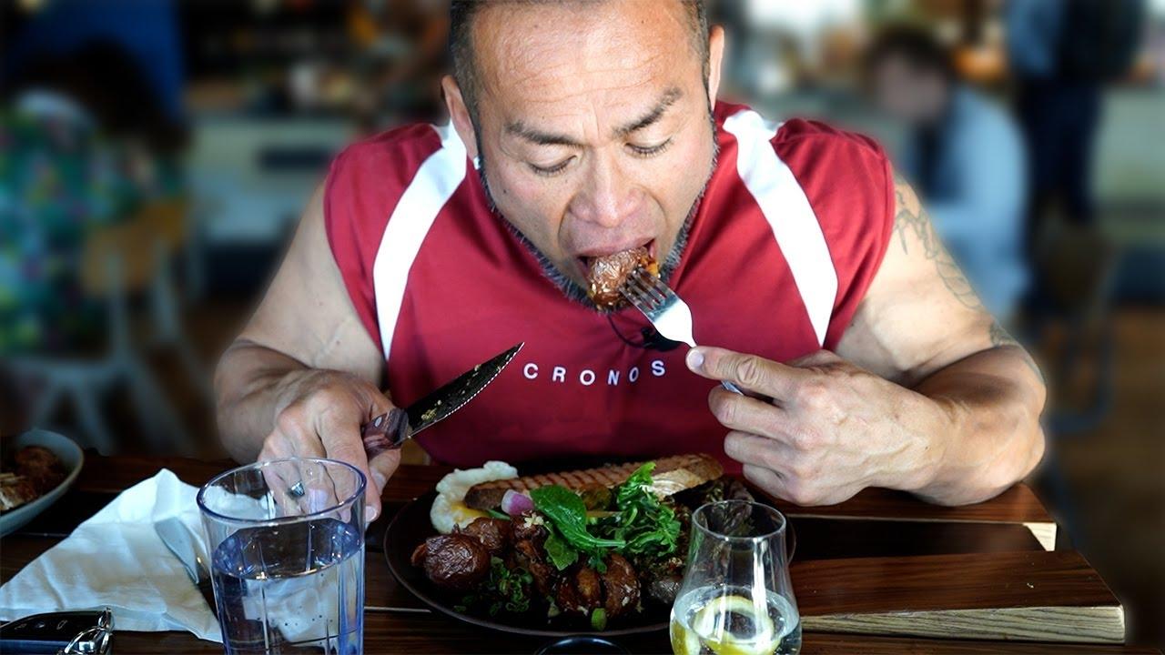 【ボディビルダーの朝食】朝7時から大量のステーキを筋肉にぶち込む!