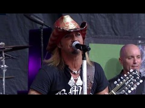 Bret Michaels performs 'Every Rose Has Its Thorn'