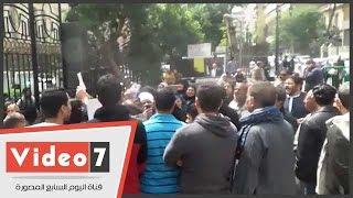 بالفيديو.. مساعد مدير أمن القاهرة يصل بوابة البرلمان | بالتزامن مع وقفة حملة الماجستير والدكتوراه