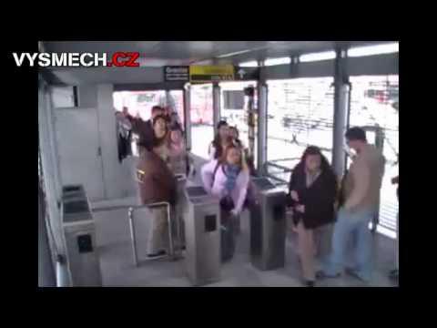 VYSMECH.CZ: Borec podrazí nohy ženský na letišti